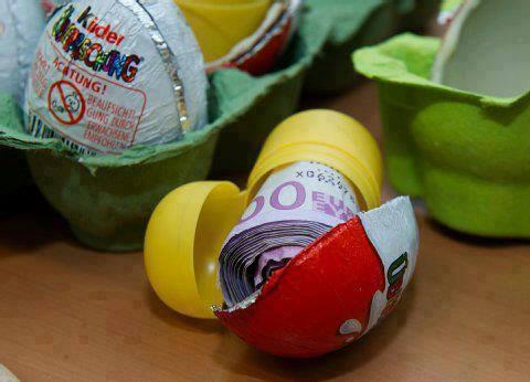 Originálně zabalené peníze jako dárek - kinder vajíčko