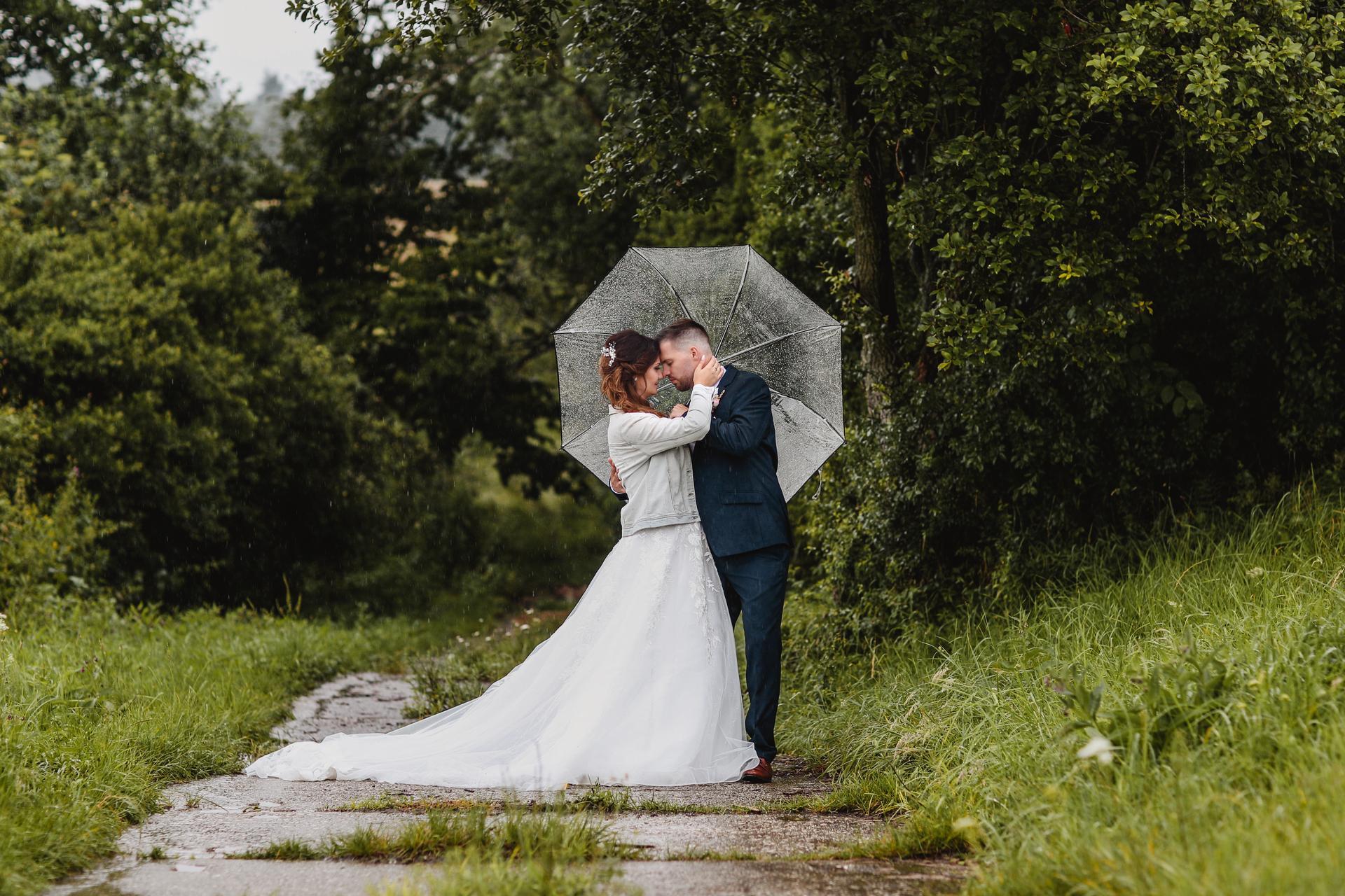 První svatební .... deštníková ♥  to počasí nás opravdu trápilo po celý den, ale nenechali jsme si to v žádném případě zkazit!!! Svatba byla úžasná, samozřejmě vždy je svatba o vás dvou, ale také hlavně o lidech - rodině a přátelích....a ti, když vás podrží, a udělají perfektní zábavu, tak nějaké počasí se může jít zahrabat. Věřte, že jo! ;-) - Obrázek č. 1