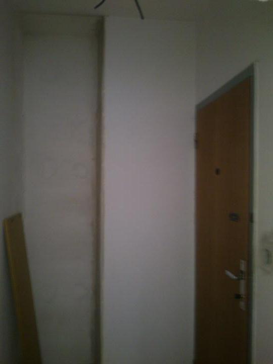 Moj bytik :))) - povodne dvere, vo vyklenku bude mini vstavana skrina :)