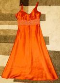 Šaty s čiastočne odhaleným chrbtom, 36