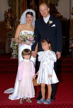 Novomanželé s družičkama