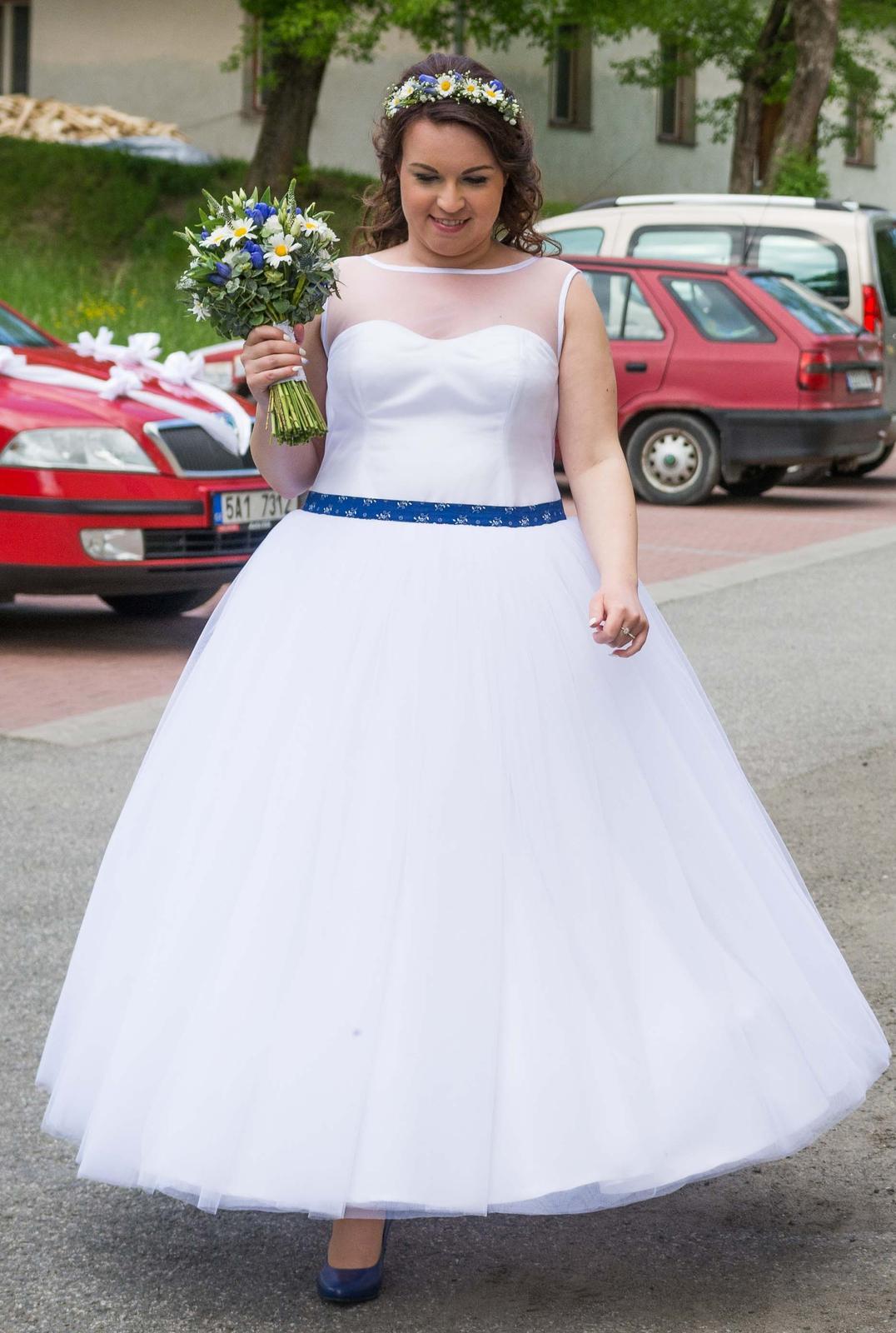 Originální svatební šaty s folklorním motivem - Obrázek č. 2