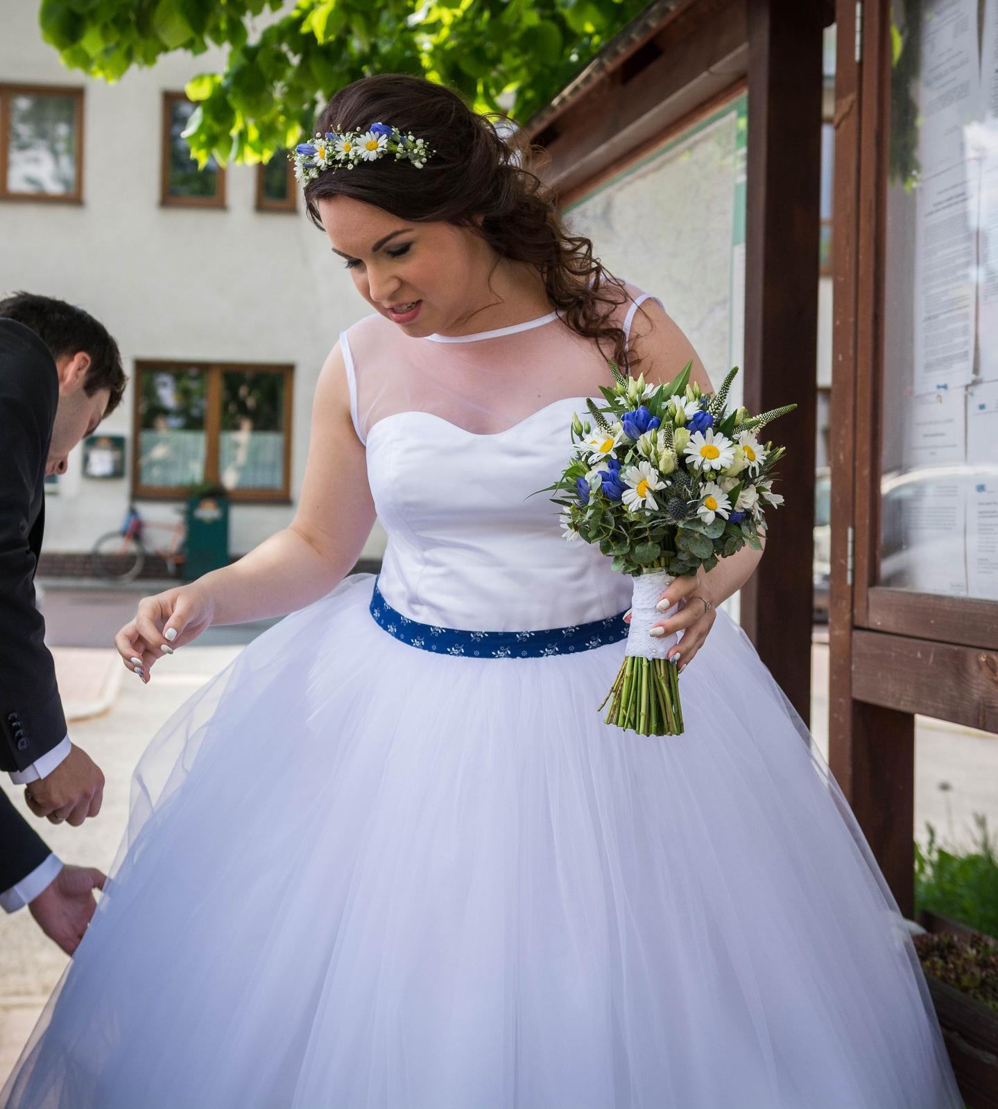 Originální svatební šaty s folklorním motivem - Obrázek č. 1