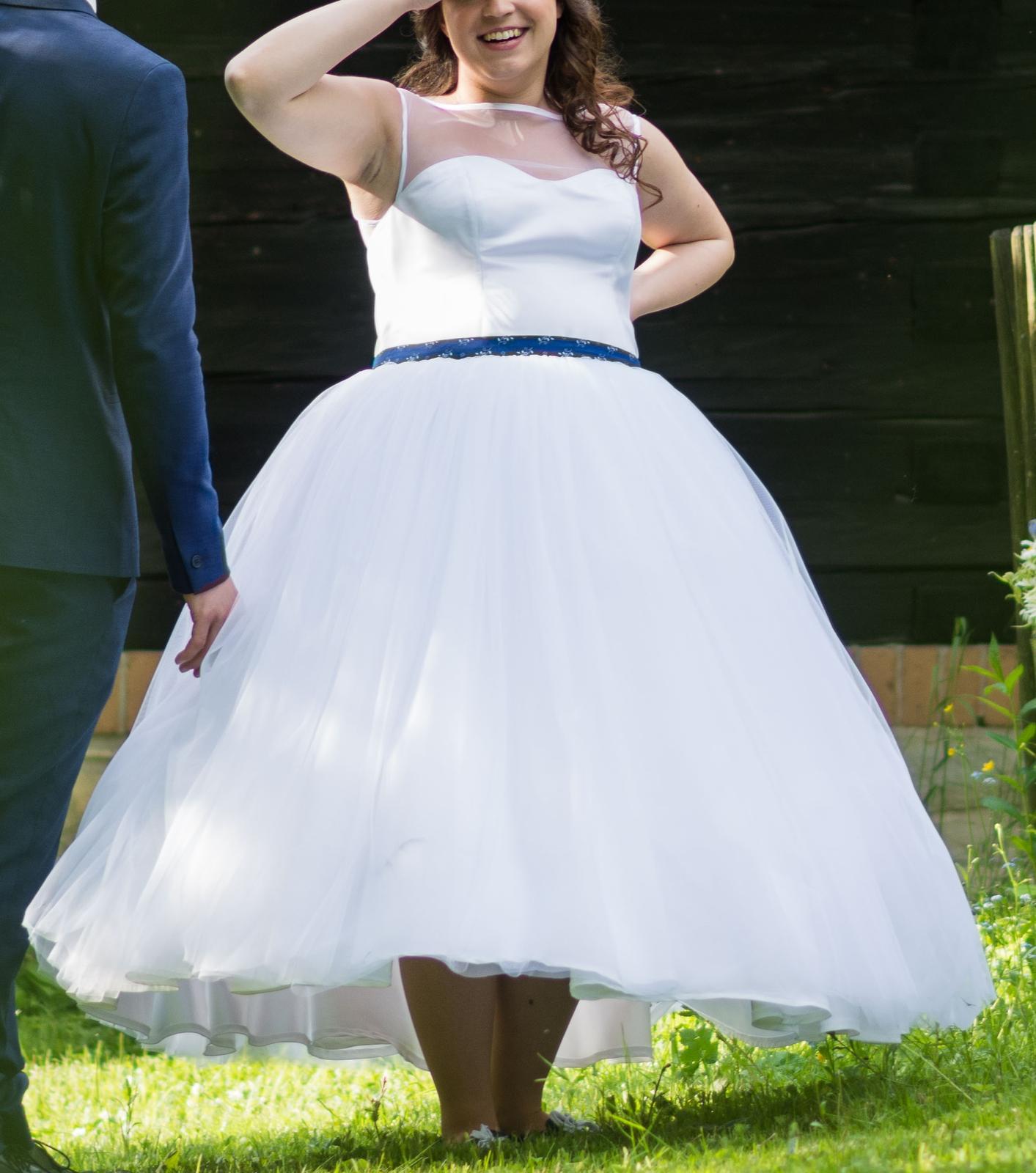 Originální svatební šaty s folklorním motivem - Obrázek č. 3