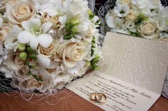 Svadobná kytica (ktorú mimochodom vyberal môj manžel sám), oznámenie a obrúčky :)