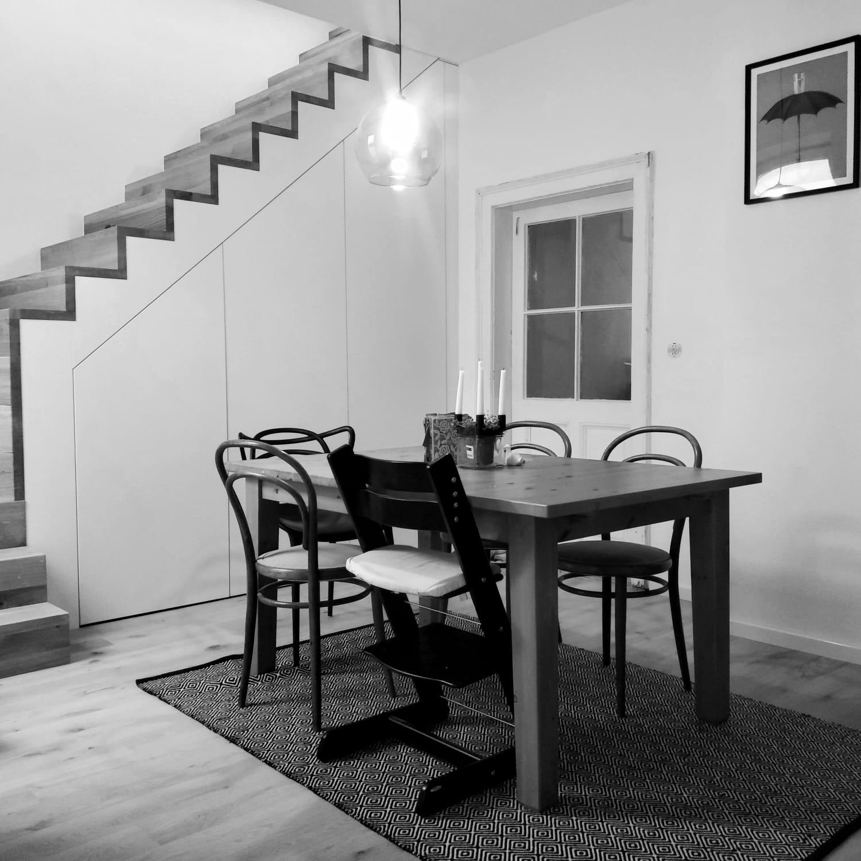 Ruina 2 - Na schodišti chybí už jen zábradlí a jídelní stůl má nové místo.