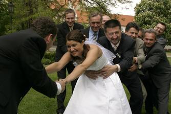 Kdo získá nevěstu?Tatínek nebo ženich?