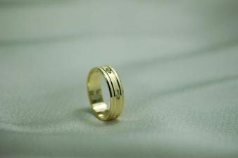 naša obrúčka, ale z bieleho zlata, vzor je iný, takto budú vložené kamienky.....