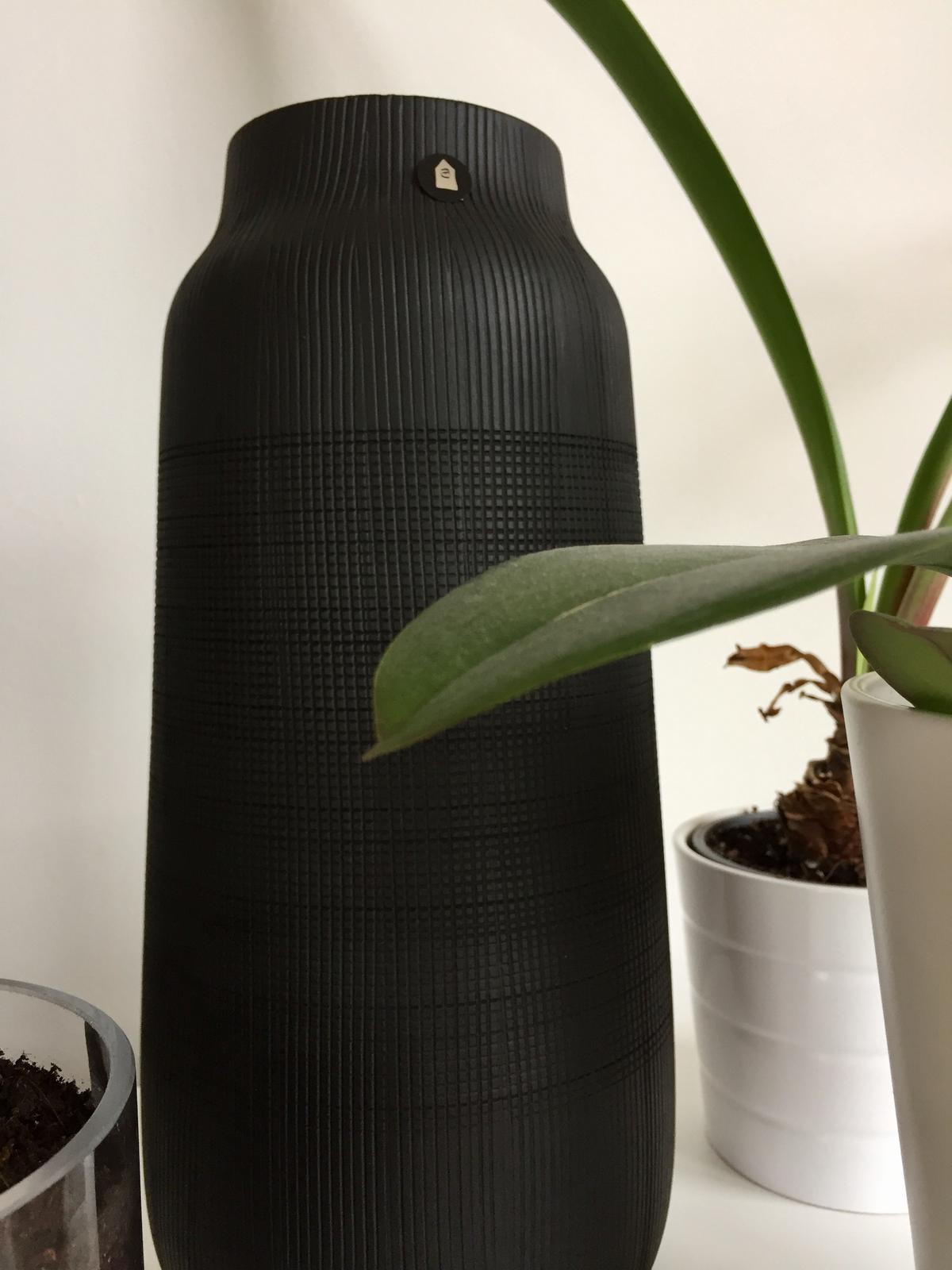 Černá váza Groove velká - Obrázek č. 2