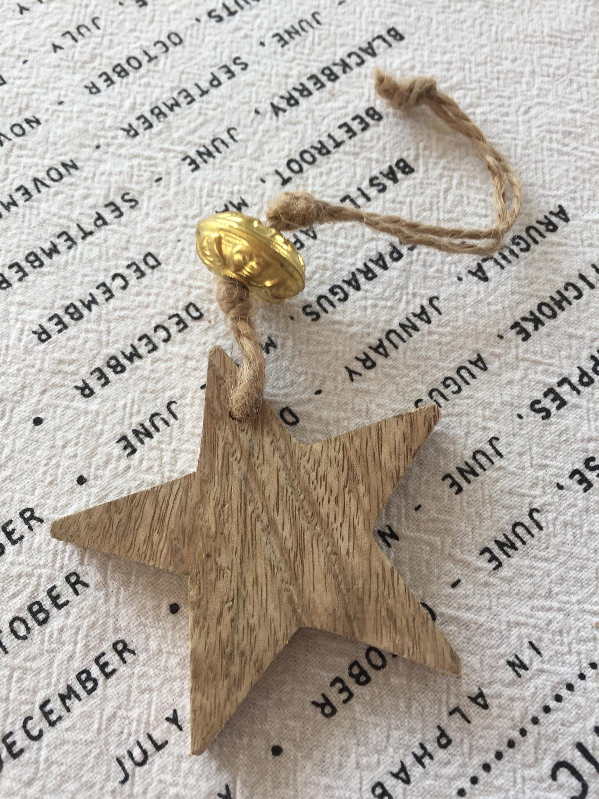 Dekorační dřevěná hvězda se zlatým korálkem - Obrázek č. 1