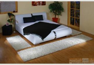 Béžový Shaggy koberec kolem postele už máme..:-)
