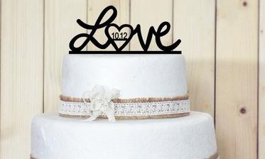 Dekorace na svatební dort, akorát bude ve fialové barvě a s našim datem :)