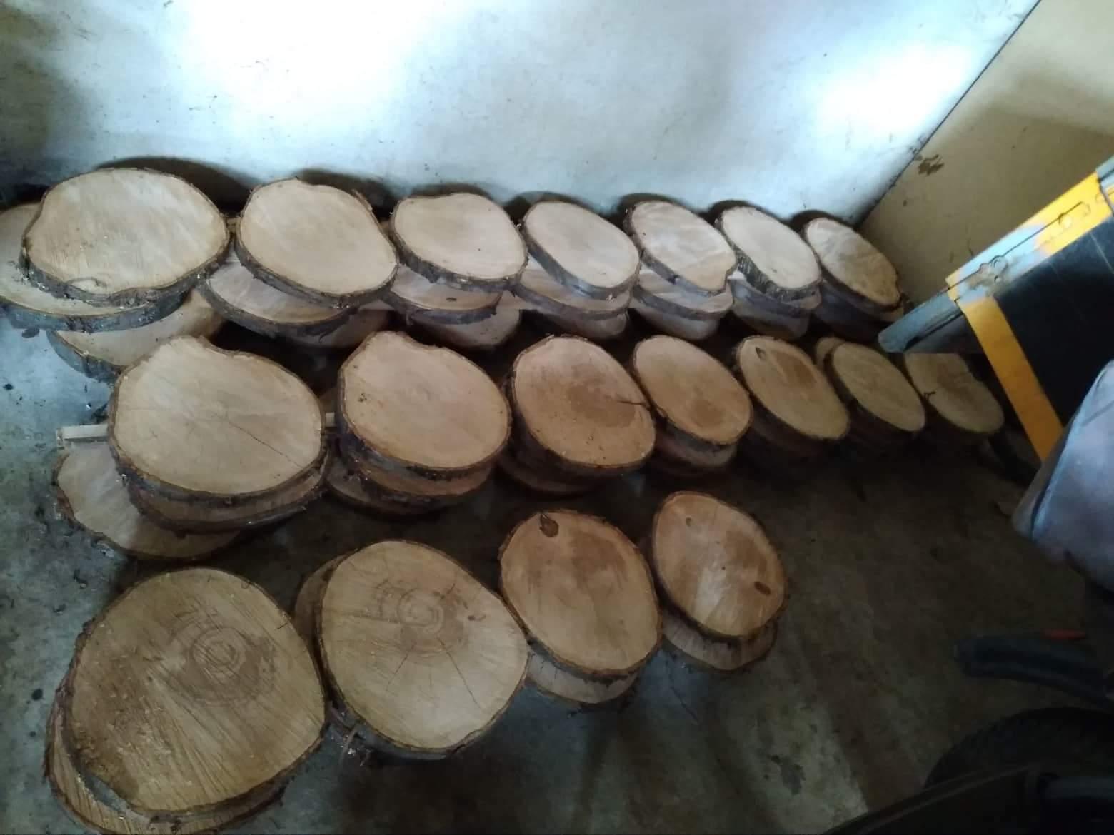 Čo už máme 🤗 - Pod každý tanier pôjde drevený podnos ešte obrusit a prejsť jemne lakom