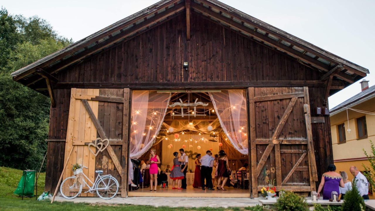 Čo už máme 🤗 - Penzión na Raztocnom tam sa skrýva táto nádherná stodola v ktorej budeme mať hostinu :-)