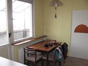 Kuchyňa, okienko do obývačky