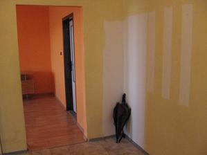 Chodba, vzadu obývačka s prechodom do spálne