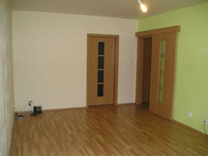 Voľakedy ešte prázdna obývačka,..dvere do spálne