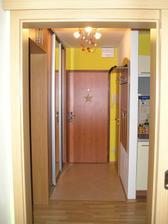 vstup, vpravo kuchyńa, dvere do WC, naľavo detská