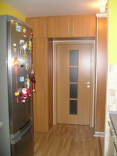 Dvere do detskej, pohľad z kuchyne cez chodbu