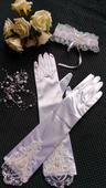 satenové rukavičky zdobené čipkou a perličkami,