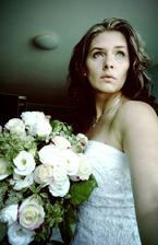 10. výročí svatby, kytka od manžílka a po 10 letech opět v šatičkách :)