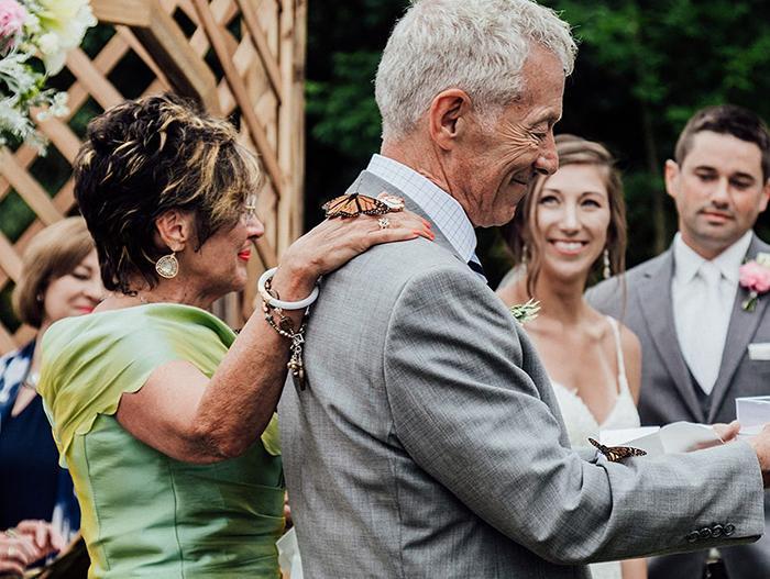 Rodina ženícha vypustila počas svadby motýľov na počesť jeho sestry, ktorá zomrela - Obrázok č. 3