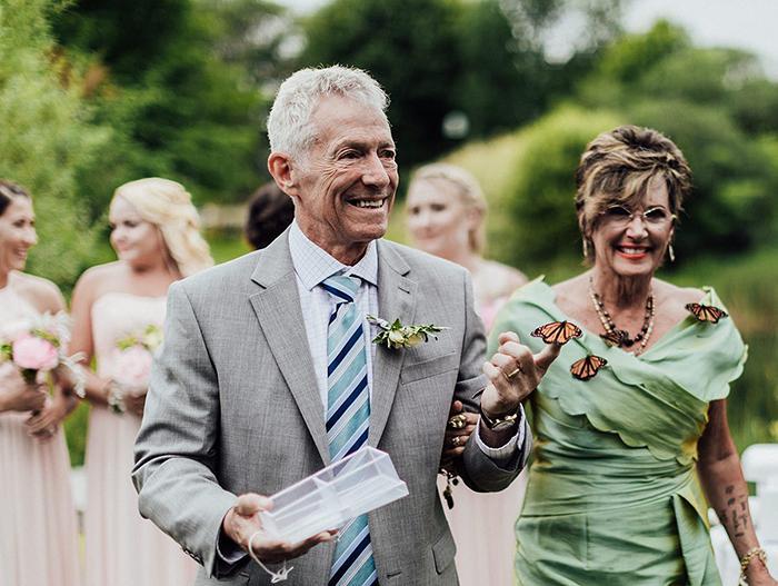 Rodina ženícha vypustila počas svadby motýľov na počesť jeho sestry, ktorá zomrela - Obrázok č. 5
