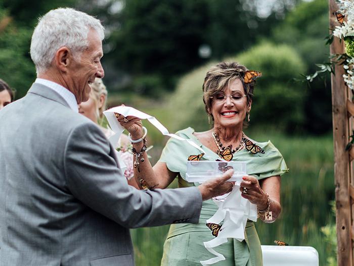 Rodina ženícha vypustila počas svadby motýľov na počesť jeho sestry, ktorá zomrela - Obrázok č. 7