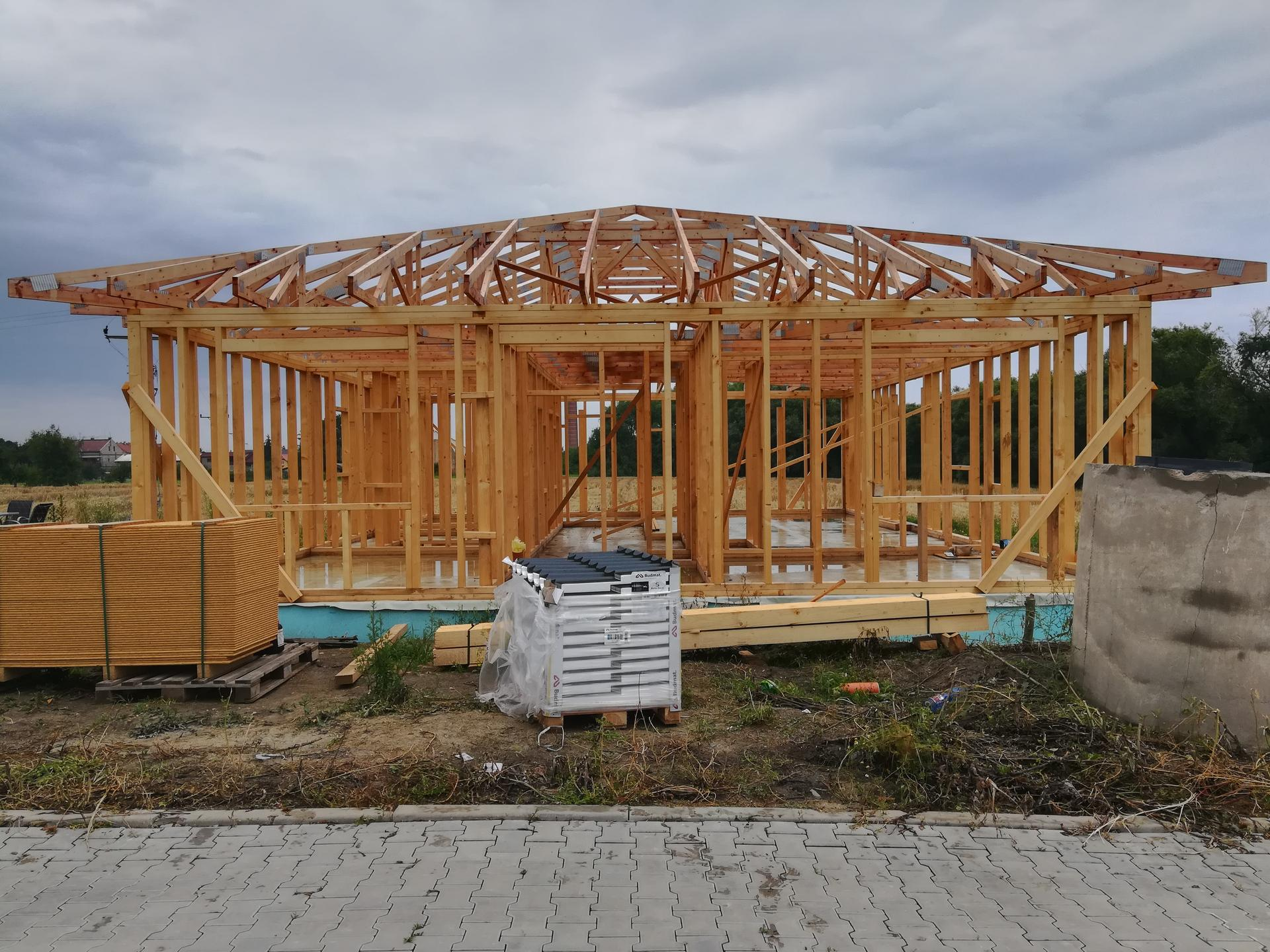 Pomalu začínáme stavět - 18.7.2020 hotové krovy