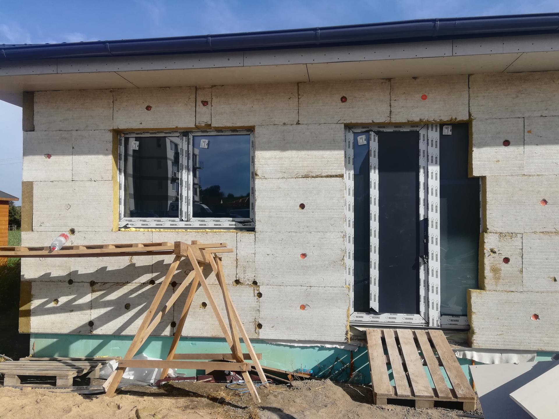 Pomalu začínáme stavět - 3.10.2020 ...čtyři dny už máme konečně okna a dveře, od objednání k montáži to trvalo skoro 4 měsíce...😒🤔