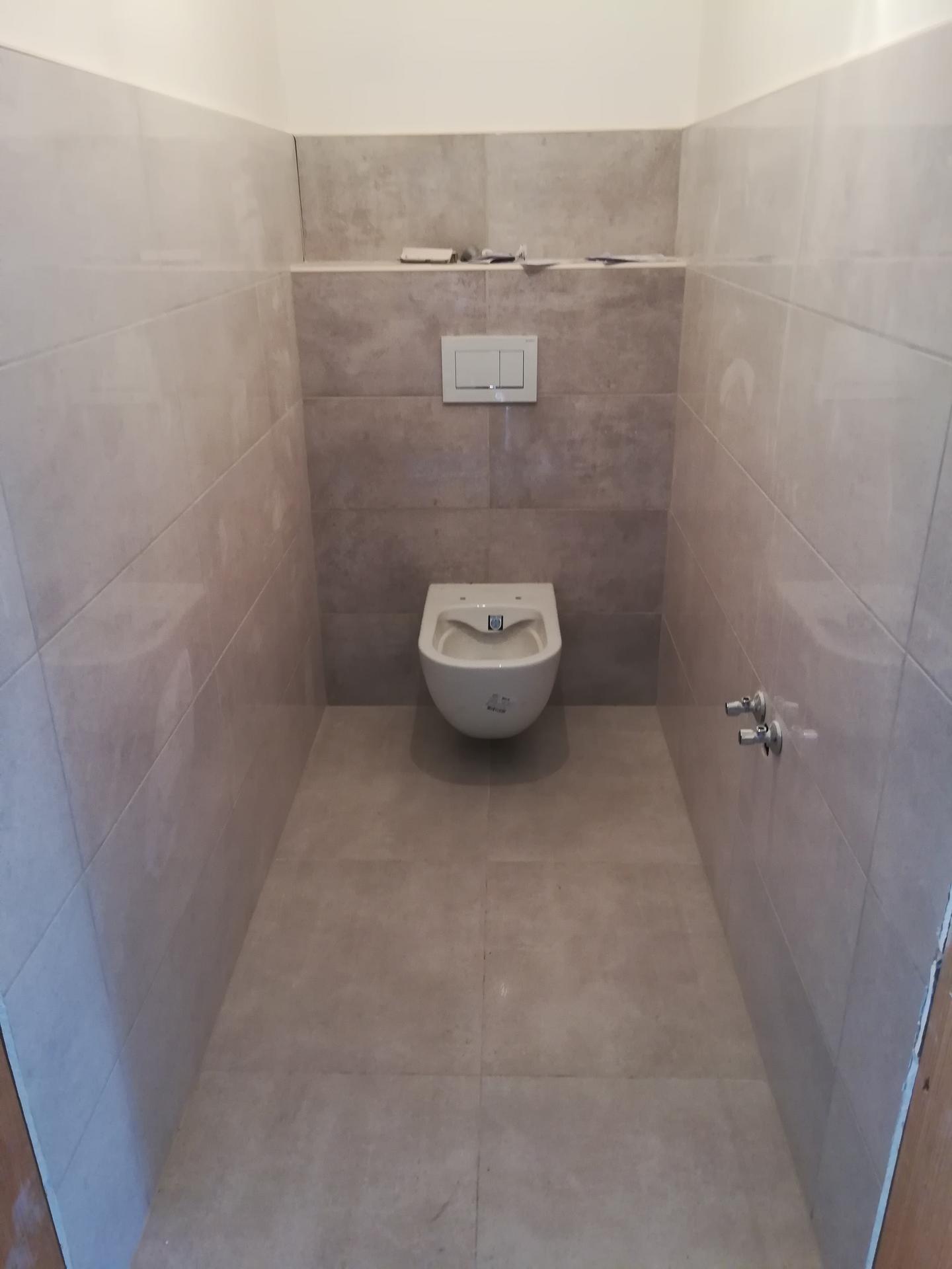 Výška závěsného wc od podlahy...😵  Prosím poraďte, v jaké výšce máte wc, co vám vyhovuje? Dohadujeme se, zda dat 40 cm nebo 50 cm? 🙈 - Obrázek č. 1