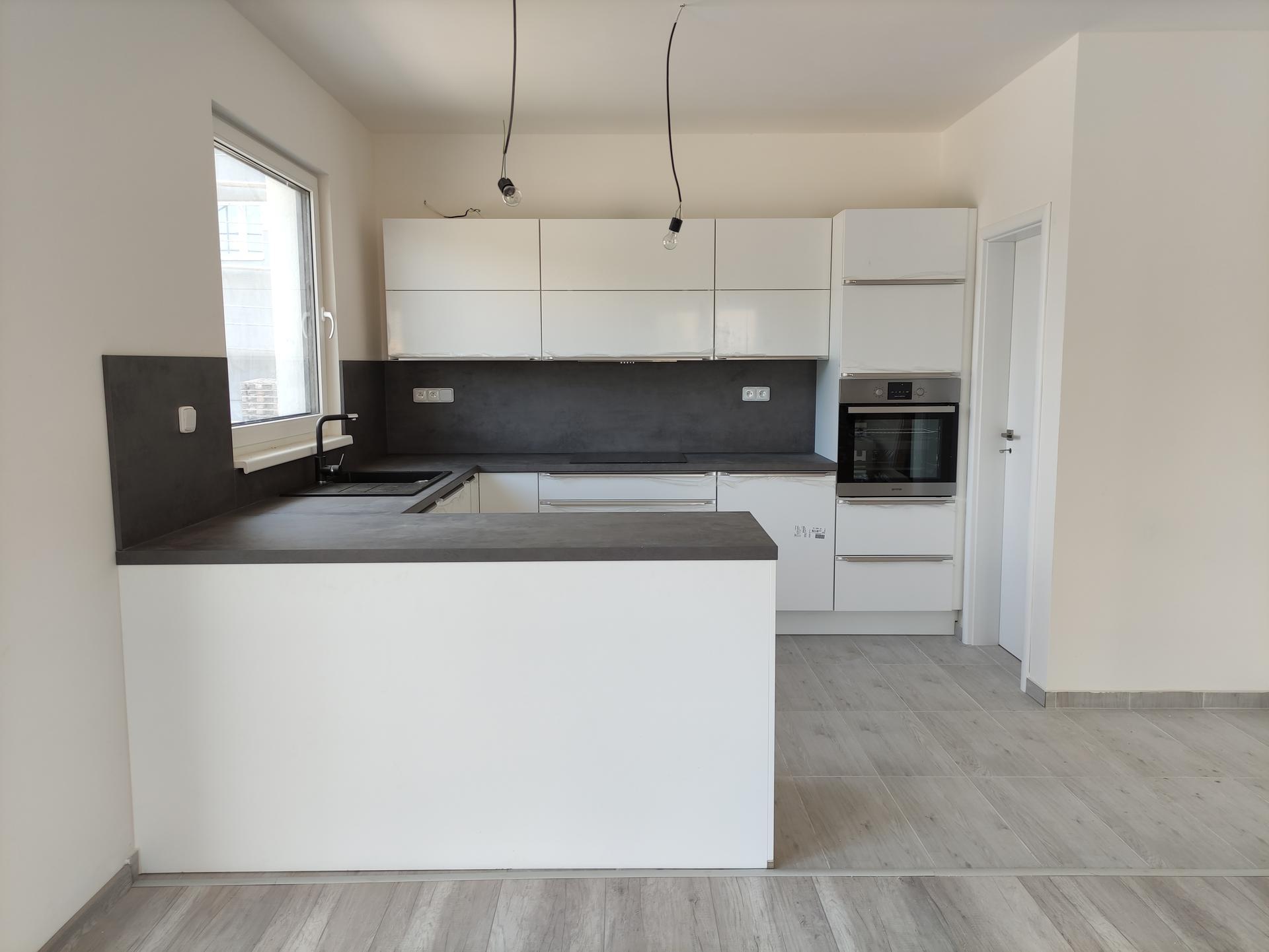Náš budoucí domov...snad někdy - 21.7.2021 montáž kuchyně