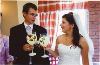 svadobné poháre teraz sa píšia vo vitrine