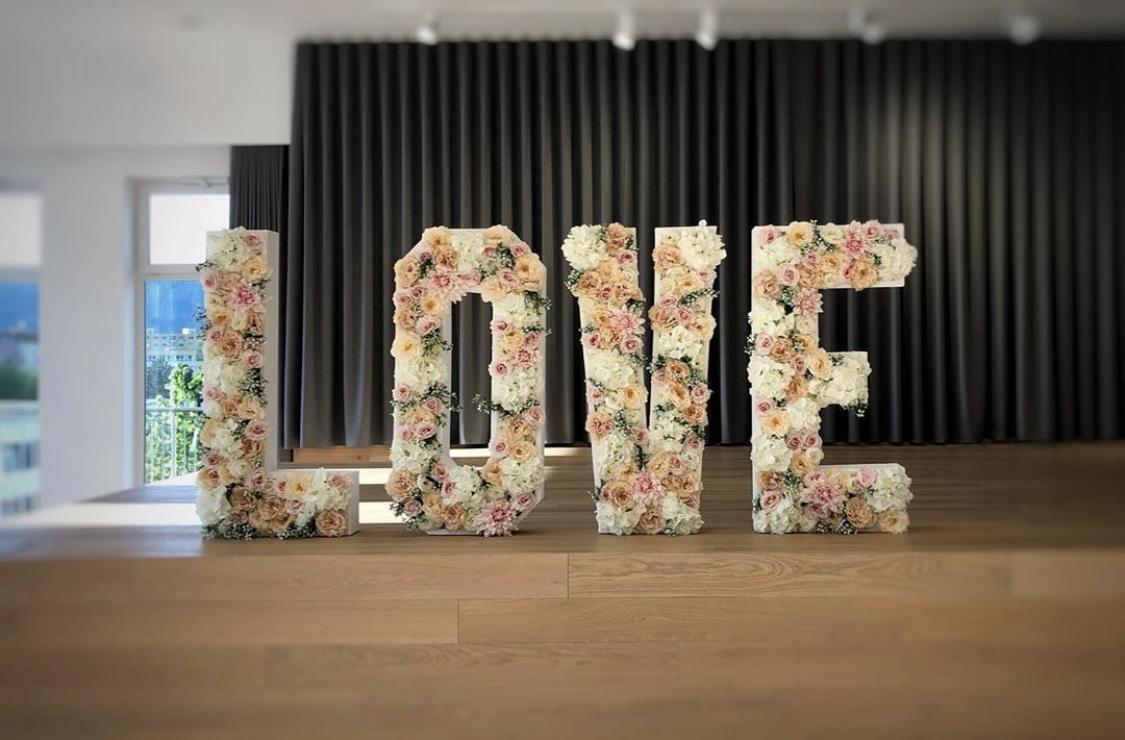 LOVE nápis z kvetov - Obrázok č. 1