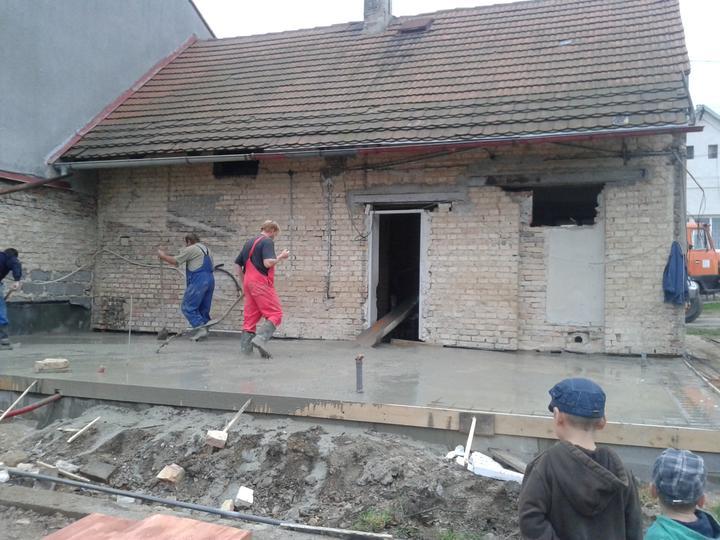 Domeček rekonstruujeme pro rodiče - Kluci dohlíží