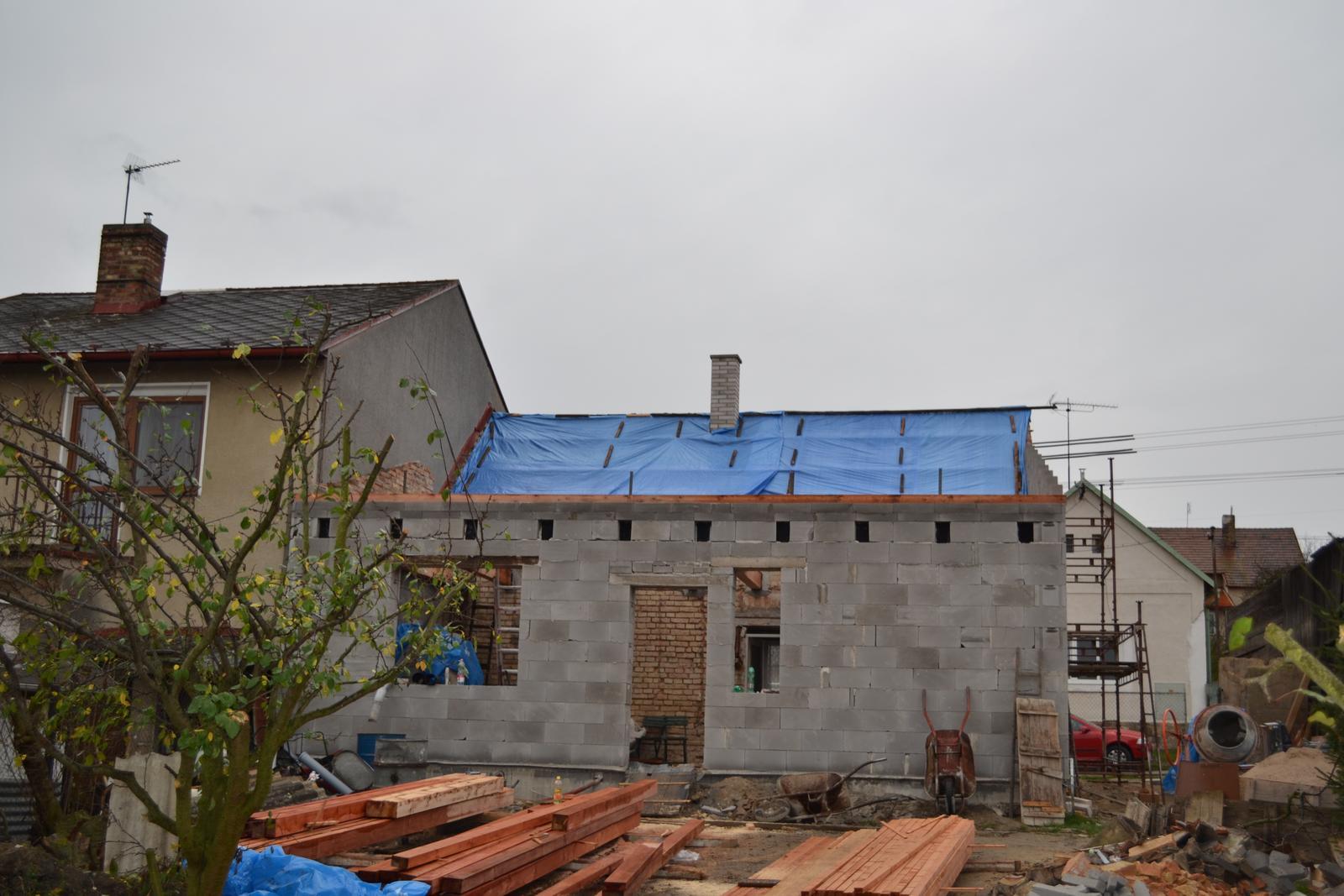 Domeček rekonstruujeme pro rodiče - polovina střechy je dole