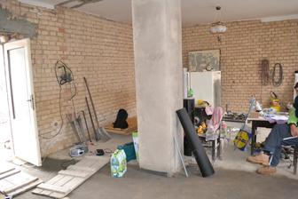 pohled z budoucí kuchyně do obýváku s novým betonem