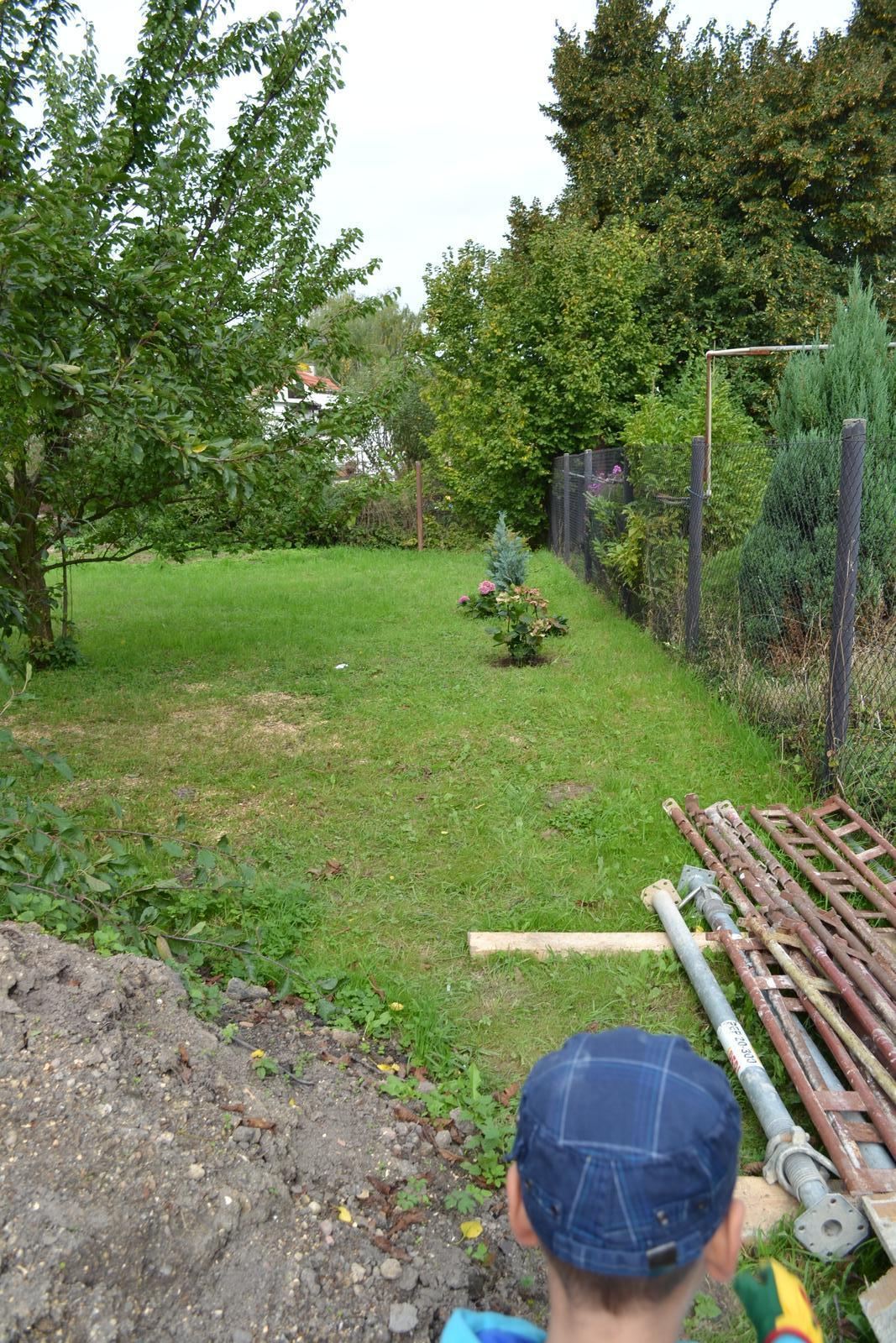 Domeček rekonstruujeme pro rodiče - babička už zasadila kytičky :-)
