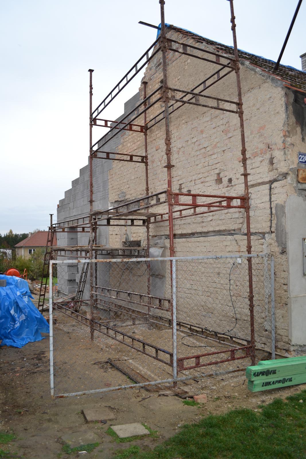 Domeček rekonstruujeme pro rodiče - z boku otlučeno - pohled do dvora z ulice