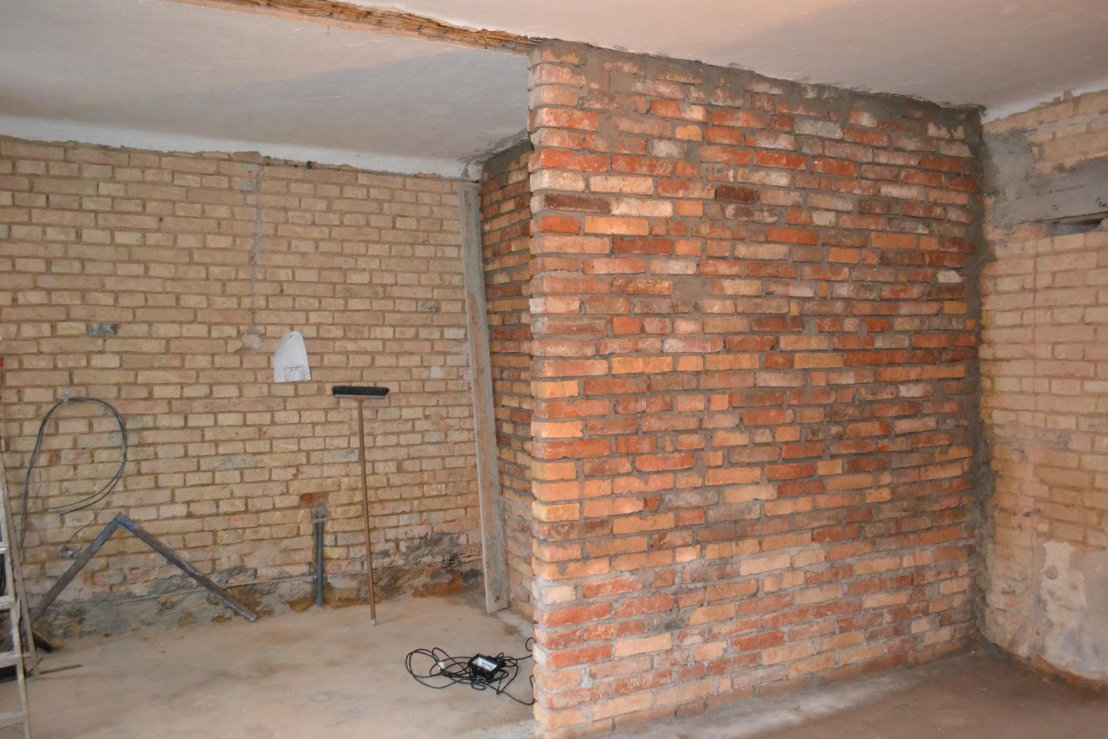 Domeček rekonstruujeme pro rodiče - Koupelna je dozděná 2.11. a vznikla kuchyňka - pohled z obýváku do kuchyně