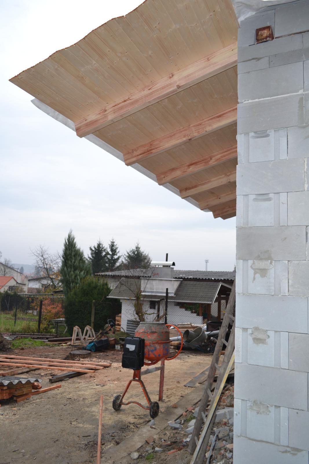 Domeček rekonstruujeme pro rodiče - Stříška nad budoucím zápražím