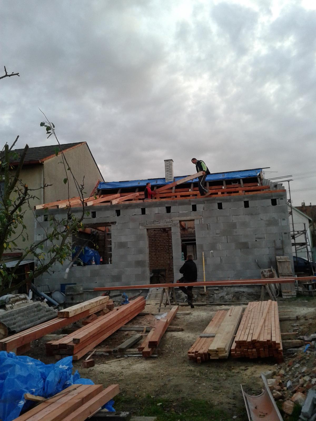 Domeček rekonstruujeme pro rodiče - 29.10.přijeli tesaři :-)