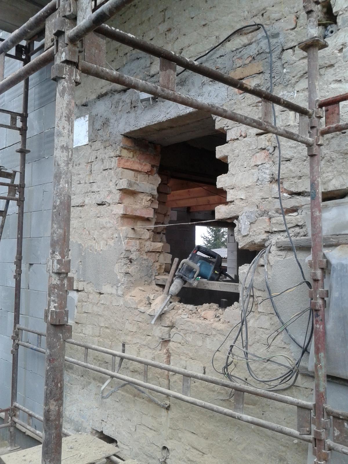 Domeček rekonstruujeme pro rodiče - 3.11. vytváří se okno do koupelny :-)