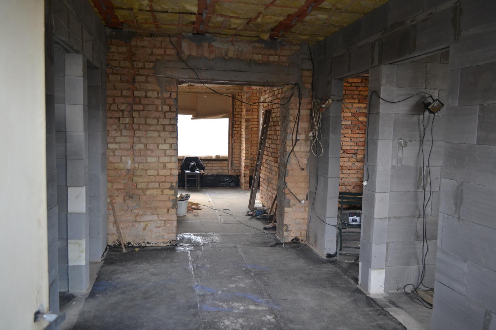 Domeček rekonstruujeme pro rodiče - od vchodových dveří k obýváku