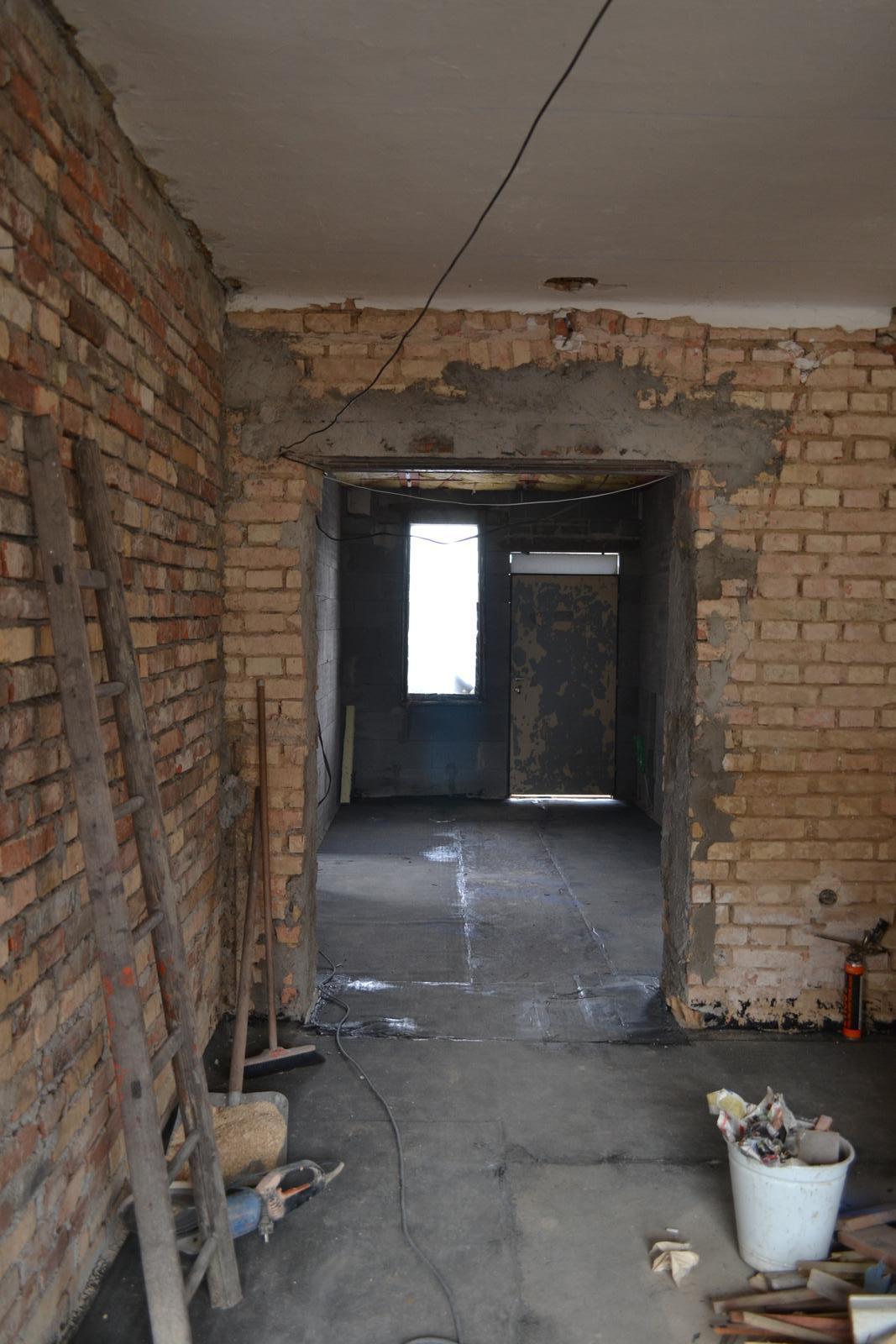 Domeček rekonstruujeme pro rodiče - A mame hotové příčky uvnitř... pohled z obýváku ke vchodovým dveřím