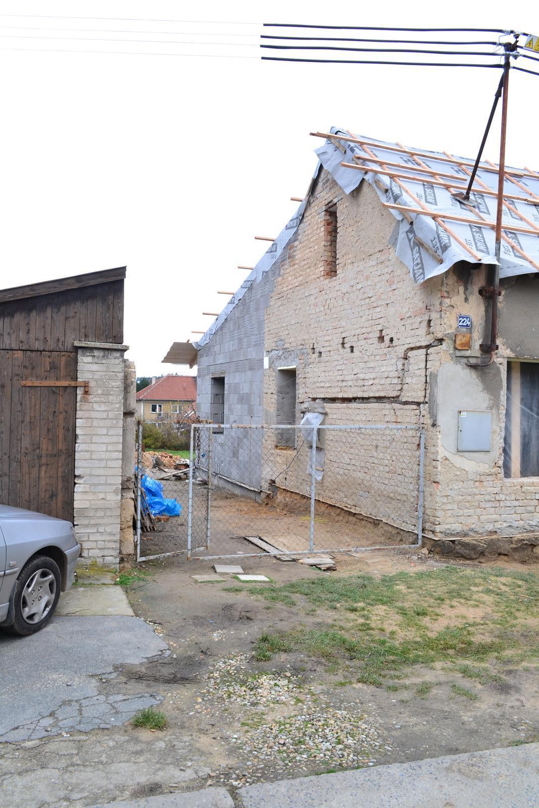 Domeček rekonstruujeme pro rodiče - Bez lešení  - pohled z ulice