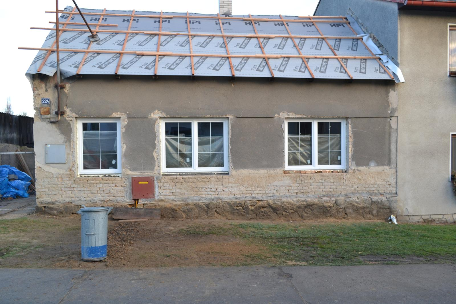 Domeček rekonstruujeme pro rodiče - S okny už to vypadá lépe
