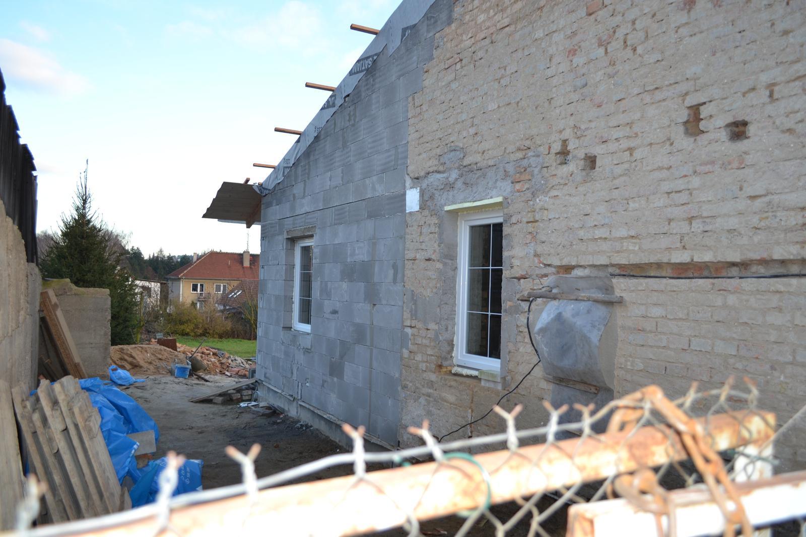 Domeček rekonstruujeme pro rodiče - prvni okno koupelna a druhé pokoj