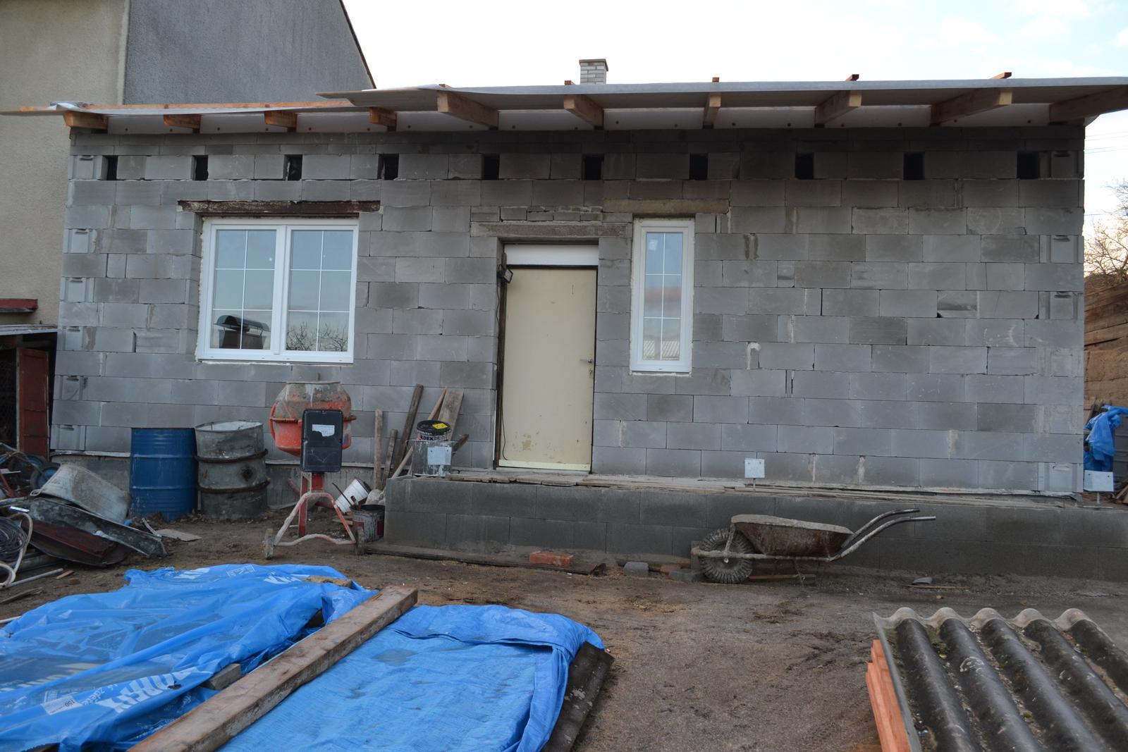Domeček rekonstruujeme pro rodiče - pohled ze zahrady - dveře jsou zatím provizorní, nové dáme až bude stavba ukončena