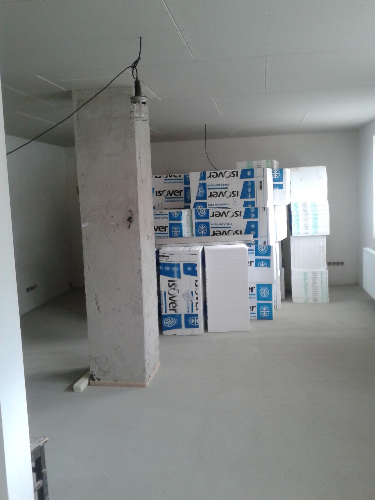 Domeček rekonstruujeme pro rodiče - chtěla jsem fotku prázdného obýváku už je zase plný ;-) v neděli se asi začne se zateplenim